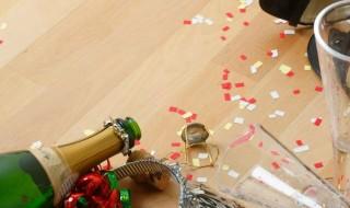 Καθαρίζοντας κατά τη διάρκεια του πάρτυ Καθαριότητα καθάρισμα και συμμάζεμα σε γιορτή στο σπίτι