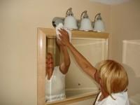 Μην ξεχάσετε να προσέξετε ιδιαίτερα περιοχές όπως πίσω από κορνίζες και καθρέφτες.