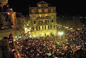 Μετά τις 10 το βράδυ σμίγουν οι επιτάφιοι και οι δρόμοι γεμίζουν κόσμο.
