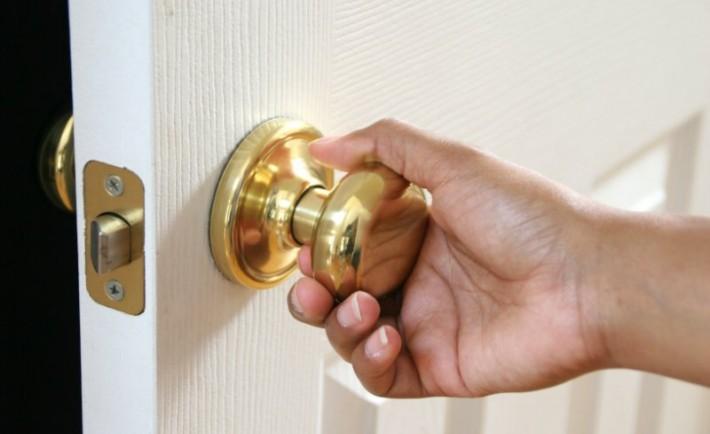 Πώς να αλλάξετε ένα πόμολο πόρτας