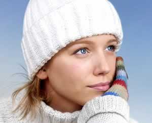 Αντιμετωπίστε την ξηροδερμία του χειμώνα με ενυδάτωση.