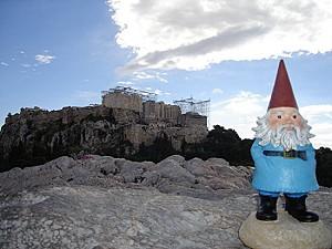 Ο περιπλανώμενος νάνος στην Αθήνα μπροστά από την Ακρόπολη
