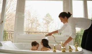 Μεγάλη οικογένεια, μικρό μπάνιο; Mother bathing kids