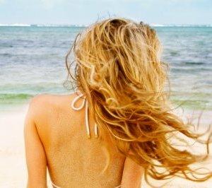 Θωρακίστε τα μαλλιά σας απ' τον ήλιο.