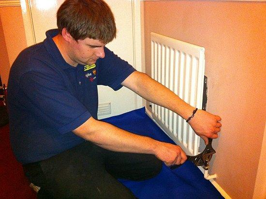 Η εγκατάσταση θέρμανσης με κύκλωμα θερμού νερού πρέπει να γίνει από επαγγελματίες
