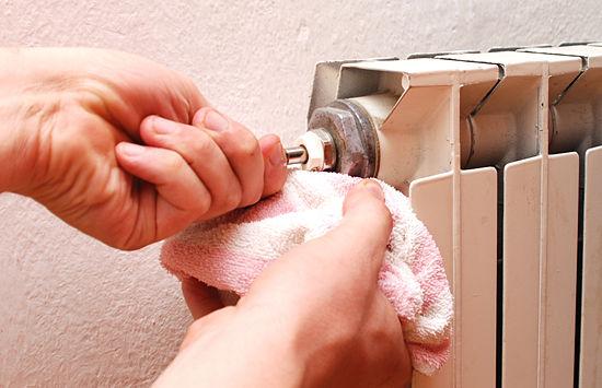 Ετοιμάστε ένα δοχείο ή μια πετσέτα για το νερό που μπορεί να διαρρεύσει