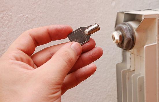 Ανοίξτε τη βαλβίδα εξαέρωσης με ειδικό κλειδί