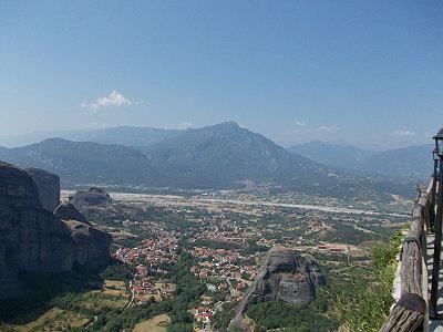 Η θεά της προς το Καστράκι, την οροσειρά της Πίνδου και τον Πηνειό πραγματικά κόβει την ανάσα