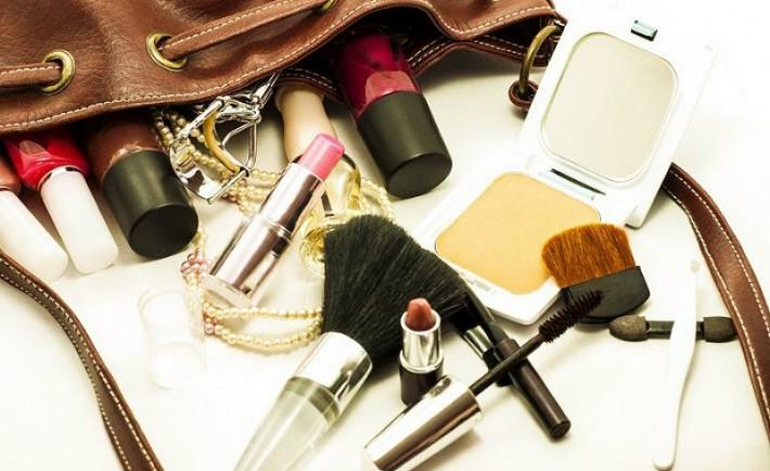 Τα μόνα πέντε προϊόντα ομορφιάς που δεν πρέπει να λείπουν ποτέ από την τσάντα σου