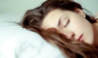 Ποια λάθη στον ύπνο καταστρέφουν τα μαλλιά σας