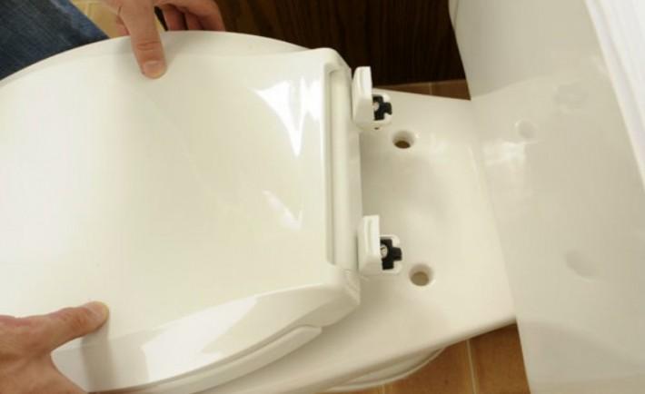 Αλλάξτε το καπάκι της λεκάνης στην τουαλέτα