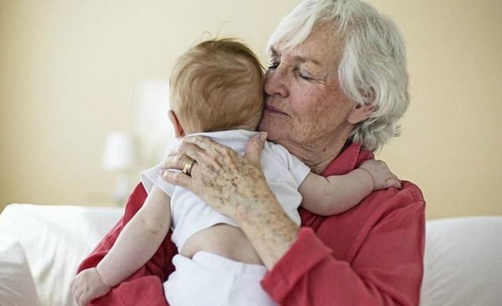 Μπέιμπι σίτερ ή γιαγιά; Ποιος θα αναλάβει τη φύλαξη του μωρού ή του παιδιού