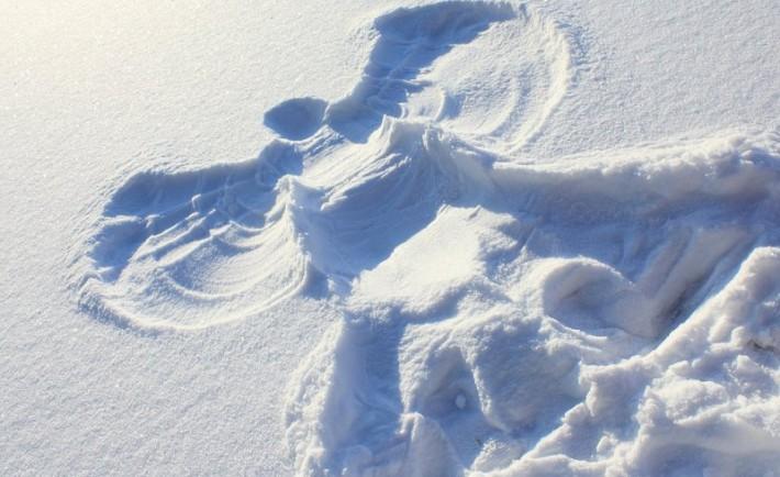 Φτιάξτε έναν άγγελο στο χιονισμένο τοπίο