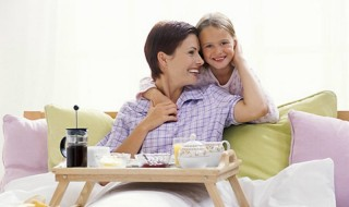Πρωινό στο κρεβάτι για τη Γιορτή της Μητέρας Πρώτη Κυριακή του Μαΐου