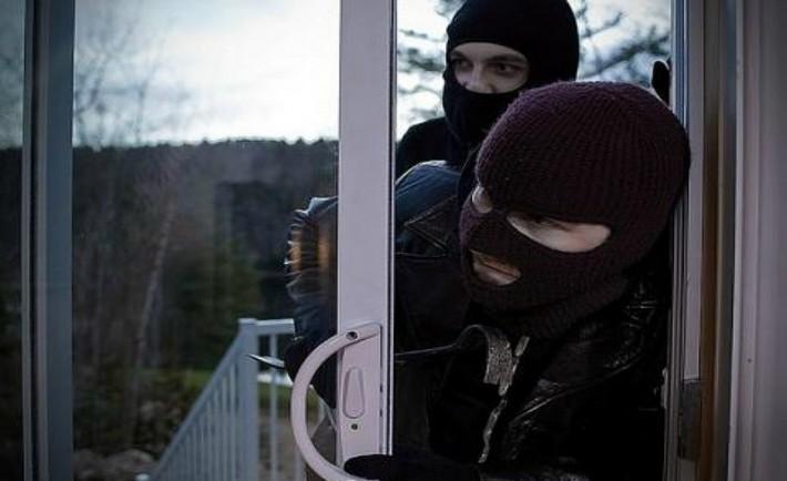 Έξω οι κλέφτες