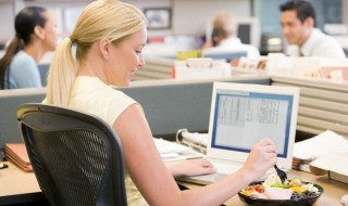 H διατροφή του εργασιομανή: Πρακτικός οδηγός διατροφικής επιβίωσης στη δουλειά