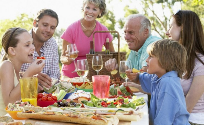 Πώς να ετοιμάσετε το καλοκαίρι φαγητό με ασφάλεια σε εσωτερικούς και εξωτερικούς χώρους