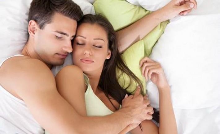 Η στάση ύπνου των ζευγαριών αποκαλύπτει τη σχέση τους