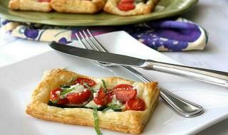 Σφολιατίνια με ντομάτα και τυρί