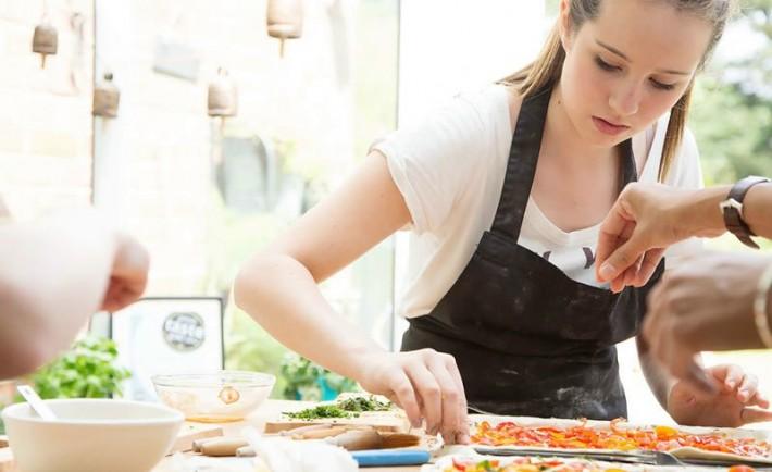 Καλύτερες διατροφικές συνήθειες έχουν οι έφηβοι που μαγειρεύουν