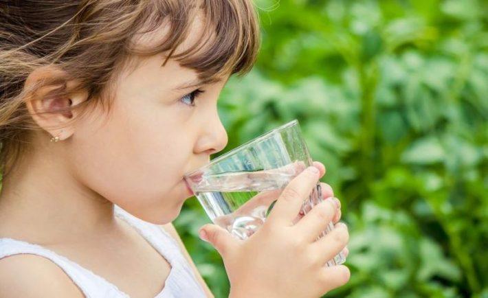 Γιατί πρέπει το παιδί σας να πίνει πολύ νερό