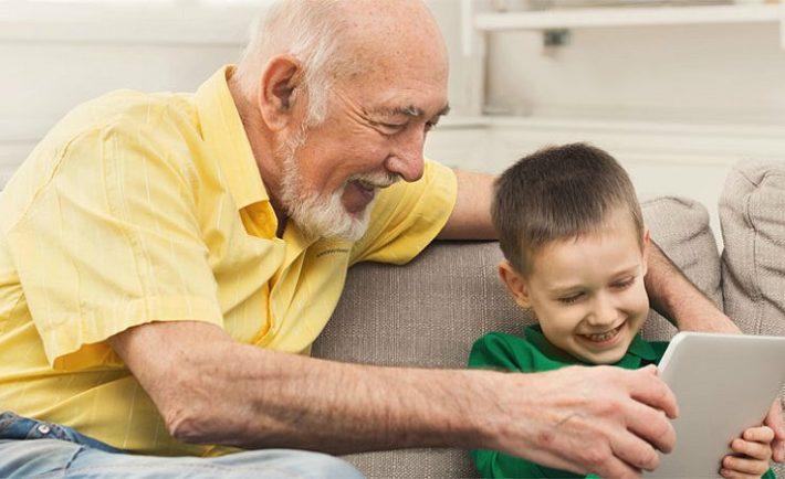 Οι παππούδες κακομαθαίνουν τα εγγόνια τους αφήνοντάς τα πολλή ώρα μπροστά στις οθόνες