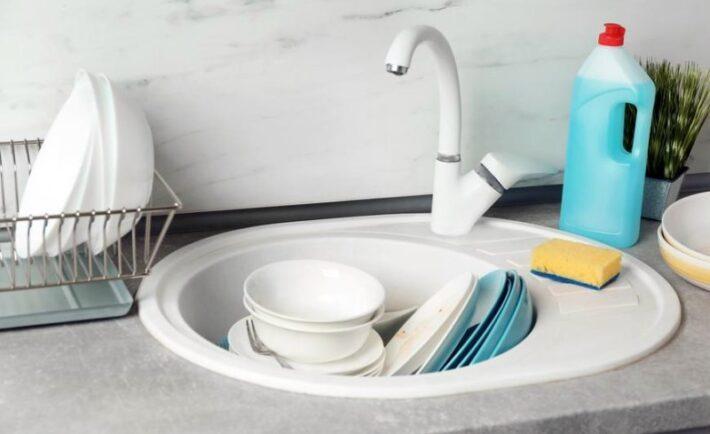 5 συμβουλές για να κάνετε το πλύσιμο των πιάτων πολύ πιο εύκολο