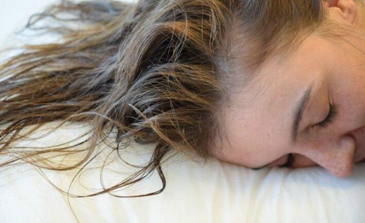 ΤΙ πρέπει να αποφεύγεις να κάνεις στα μαλλιά σου πριν τον ύπνο