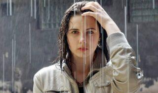 Όμορφη και δροσερή στη βροχή!